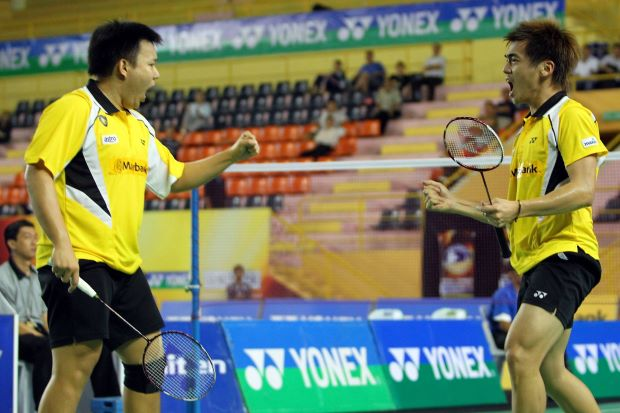Malaysia's doubles pair Hoon Thien How-Tan Wee Kiong finally made a breakthrough by capturing their first international title at the Macau Open on Sunday.