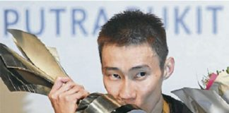 Lee Chong Wei kisses his trophy after winning the Maybank Malaysia Open yesterday.