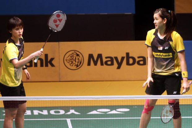 Vivian Hoo (left) and Woon Khe Wei during their match against China's Ma Jin-Tang Yuanting in the first round of the Maybank Malaysian Open on Jan 15, 2014.