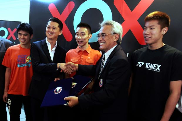 A group shot of sponsorship ceremony between BAM, represented by its president Tengku Tan Sri Mahaleel Tengku Ariff (second right) and XOX, repersented by its managing director, Datuk Eddie Chai (second left), and attended by recently crowned Malaysian Open singles and doubles champions, Lee Chong Wei (centre) and Lim Khim Wah (left)-Goh V Shem in Bukit Kiara on Monday.