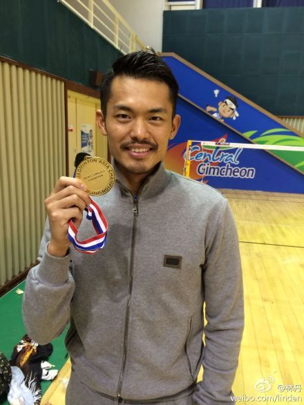 Lin Dan shows off his 2014 Asian Badminton Championship gold medal