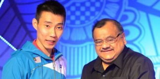 Lee Chong Wei received the 2013 Male Player of the Year award from the President of Badminton Association of India, Dr. Akhilesh Das Gupta at the annual BWF Gala Awards Dinner held in the sidelines of Thomas and Uber Cup tournament being held in Delhi.