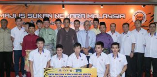 Youth and Sports Minister Khairy Jamaluddin (center with purple shirt), posing with the Thomas Cup shuttlers