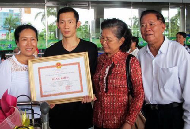 Nguyen Tien Minh receives recognition by local government for winning the 2013 US Open Championships