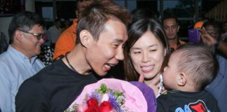 Lee Chong Wei is happy to see his wife and son at the airport