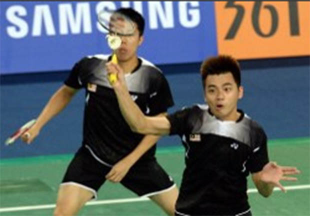 Goh V Shem (left) and Tan Wee Kiong in action