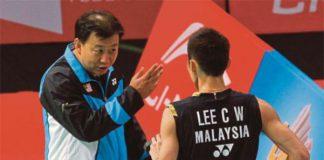 Lee Chong Wei (right) talks to his coach Tey Seu Bock