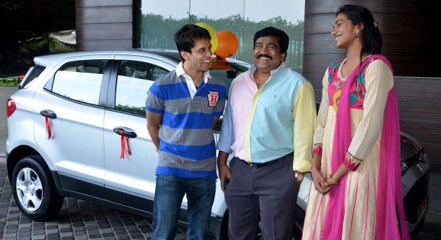 Parupalli Kashyap (left) and P. V. Sindhu standing infront of a Ford Ecosport car.