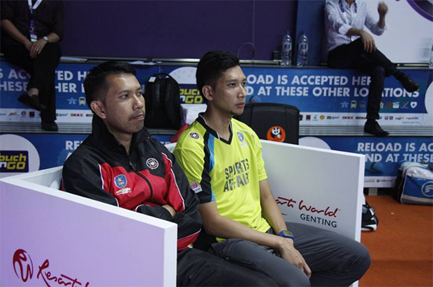 Hafiz (yellow shirt) sits next to his brother Muhammad Roslin Hashim at the Purple League