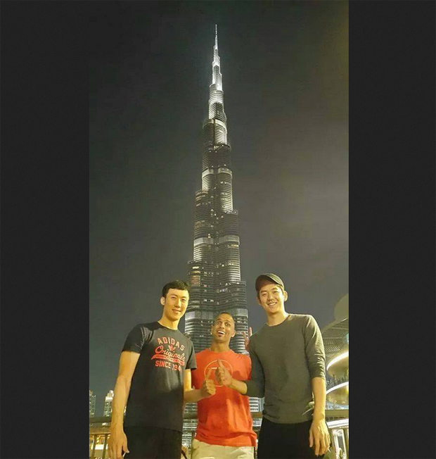 Yoo Yeon-seong (left) and Lee Yong-dae take picture in front of Burj Khalifa