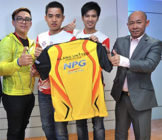Klang United BC players Simon Santoso (second left), Derek Wong (second right) and coach Yap Kim Hock (right)