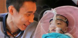 Lee Chong Wei and the baby girl who suffers from ventricular septal defect (Photo: 人民邮报)