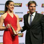 Carolina Marin receives trophy at the 2015 Mundo Deportivo