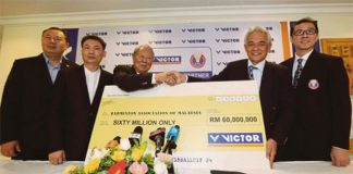 BAM president Tan Sri Tengku Mahaleel Tengku Arif (right) shaking hands with the Chairman of Victor International Chen Den-li