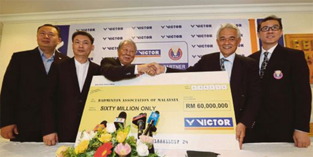 BAM president Tan Sri Tengku Mahaleel Tengku Arif (right) shaking hands with the Chairman of Victor International Chen Den-li