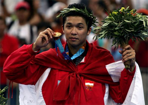 The legendary Taufik Hidayat has a powerful and accurate backhand. Watch his Top 10 Backhand smashes.