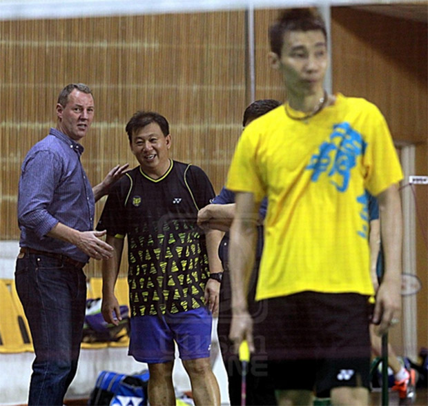Morten Frost talks to Tey Seu Bock during Lee Chong Wei's training session