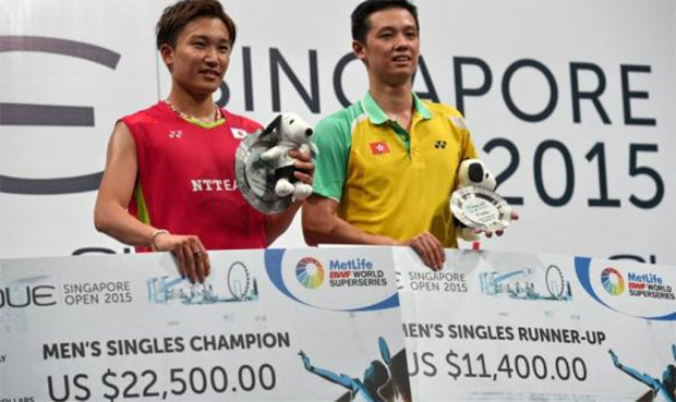 Japanese Kento Momota (left) defeats Hu Yun of Hong Kong to win Singapore Open. (photo: AFP)