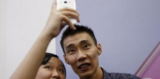 Malaysia's Lee Chong Wei (right) taking a selfie with a fan (photo: Reuters)