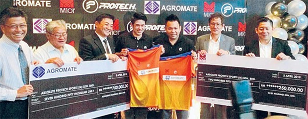 Lim Khim Wah (4th left) and Hoon Thien How with their sponsors (photo: Kosmo)