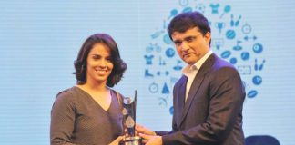 Saina Nehwal receives India's TOISA Youth Icon of the Year. (photo: Times of India)