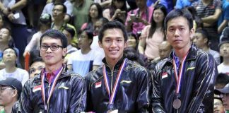Mohammad Ahsan (left) and Hendra-Setiawan (right) don't look happy in the Sudirman Cup award ceremonies. (photo: PBSI)