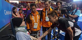 Lee Chong Wei lift spirits of a cancer patient. (photo: Fauzi Baharudin, Utusan)
