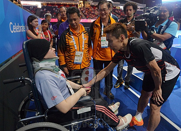 Lee Chong Wei lift spirits of a cancer patient. (photo: Fauzi Baharudin, Utusan)