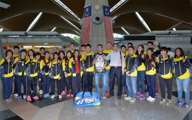 Malaysia's world championships team pose for a team photo at the Kuala Lumpur airport as they leave for Jakarta. (photo: Bernama)