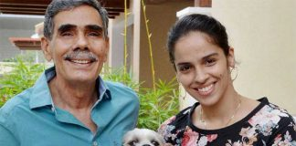 Saina Nehwal poses her World Championship medal with her father in Hyderabad on Tuesday. (photo: PTI)