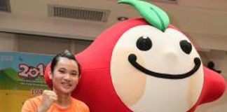 "Tai Tzu Ying and ""Apple"" the mascot pose for pictures. (photo: cna)"