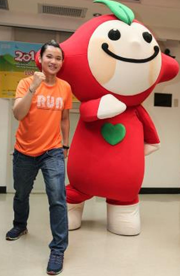 """Tai Tzu Ying and """"Apple"""" the mascot pose for pictures. (photo: cna)"""