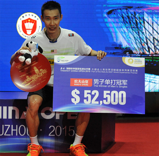 Lee Chong Wei poses with the China Open trophy at the awards ceremony. (photo: AFP)