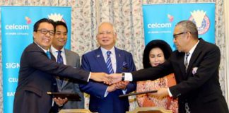 Malaysia's Prime Minister Datuk Seri Najib Tun Razak, his wife Datin Seri Rosmah Mansor and Youth and Sports Minister Khairy Jamaluddin are witnessing the sponsorship signing ceremony. (photo: Mohd Fadli Hamzah)