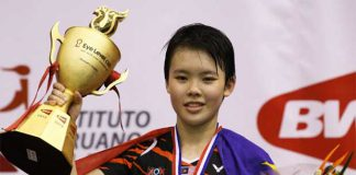 Goh Jin Wei poses at the 2015 World Junior Championship awards ceremony in Lima, Peru.