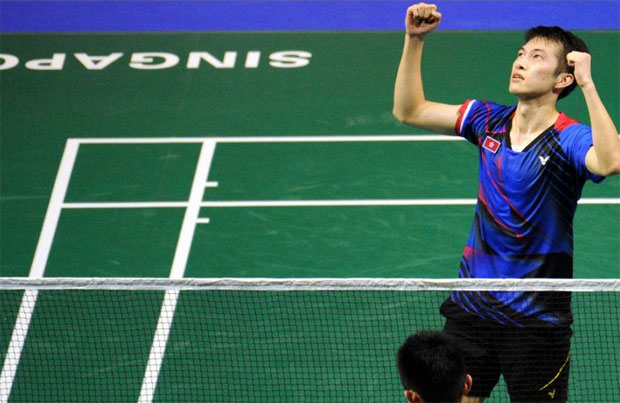 Angus Ng Ka Long(above), arms raised in triumph after defeating Chen Long in the quarter-finals of Singapore Open. (photo: Xinhua)