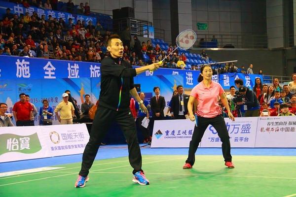 Lee Chong Wei partners Zhang Yawen (the 2009 women's doubles world champion) in an exhibition match.