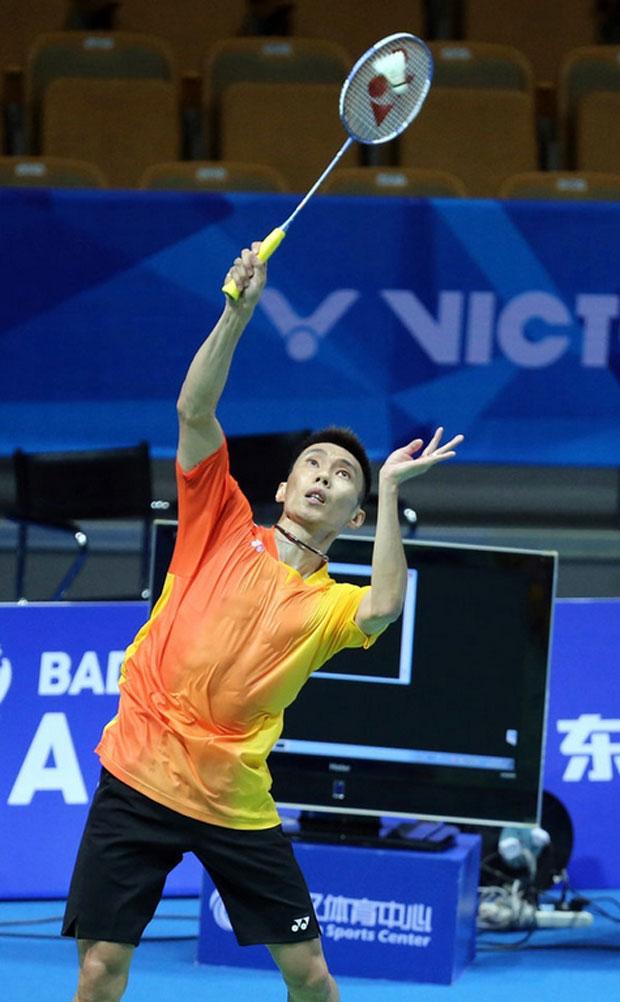 Lee Chong Wei returns a shot from Wang Zhengming at 2016 BAC. (AFP)