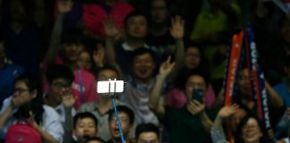 Lee Chong Wei uses a selfie stick to take photos. (photo: GettyImages)