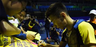 Lee Chong Wei signs autographs for fans after his men's singles match. (photo: AFP)