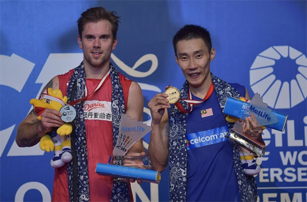Lee Chong Wei poses on the podium with Jan O Jorgensen during the award ceremony. (photo: AFP)