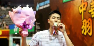Chou Tien Chen kisses his Chinese Taipei Open gold medal during the presentation ceremony. (photo: udn)