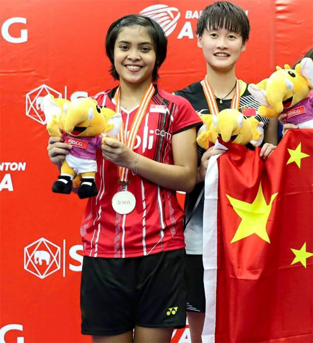 Gregoria Mariska and Chen Yufei pose for picture after the girls' singles final. (photo: PBSI)