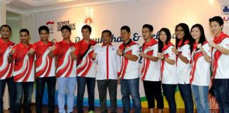 The Indonesian badminton Olympic squad pose for pictures. (photo: PBSI)