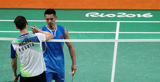 Lin Dan shakes hand with Vladimir Malkov after beating the Russian 21-18, 21-7 at the opener. (photo: AFP)