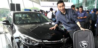 Lee Chong Wei poses with the Proton Perdana. (photo: Bernama)
