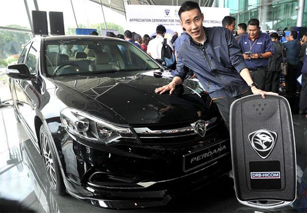 Lee Chong Wei poses with the Proton Perdana. (photo: Bernama)