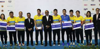 Lee Chong Wei (blue shirt), other Rio badminton silver medalists and BAM coaches receive incentives from BAM on Saturday. (photo: Sinchew)