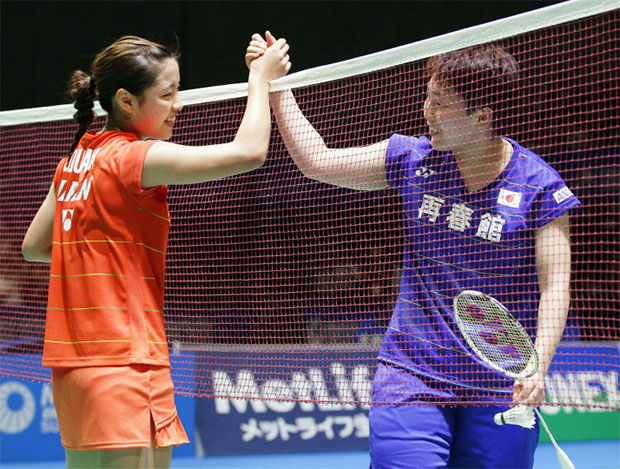 Akane Yamaguchi (right) greets Nozomi Okuhara after their match. (photo: AFP)