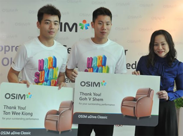 Tan Wee Kiong (left) and Goh V Shem receive massage chairs as a gift for the performance in Rio. (photo: Bernama)